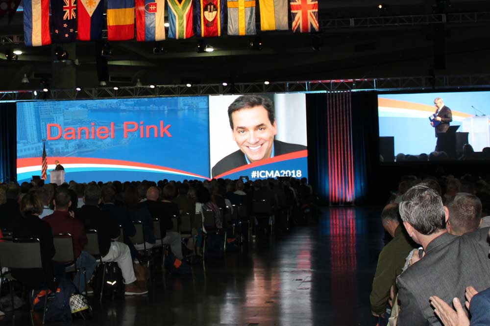 Daniel Pink speaking at the 2018 ICMA Annual Conference